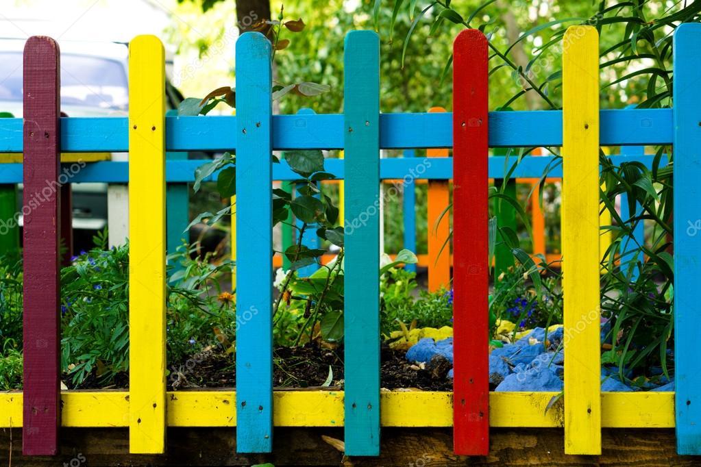 Multi Farbigen Regenbogen Holzernen Zaun Im Garten Hintergrund
