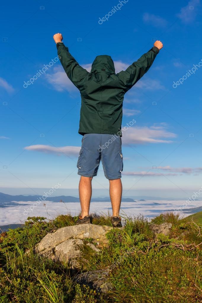 Jeune homme debout au sommet de la montagne, lève les mains et montre  l émotion de la victoire dans la durée de l aube, Carpates — Image de  Farion O efd0a977f79