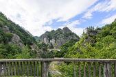 Fotografie mostu a vrcholy v pohoří fagaras, Rumunsko