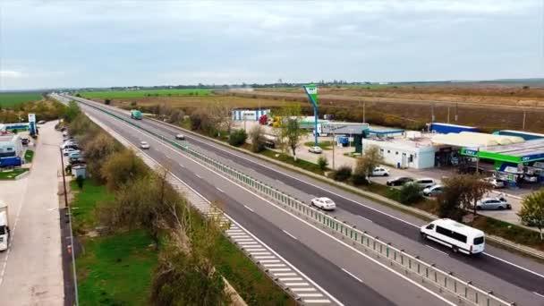 MOTORWAY OF THE SUN, RUMUNSKO - 18. LEDNA 2020: Dálnice s jedoucími automobily a čerpacími stanicemi po stranách silnice. Pohled z dronu