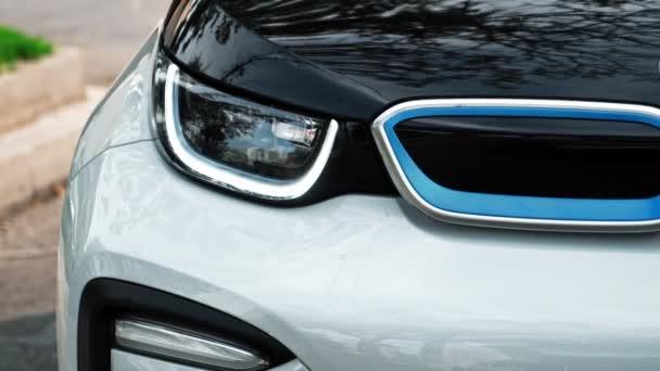 BUCHAREST, RUMUNSKO - 20. října 2020: Moderní elektrický nárazník a mříže BMW i3. Zavřít pohled na malé vozidlo s nulovými emisemi. Nápad ekologie