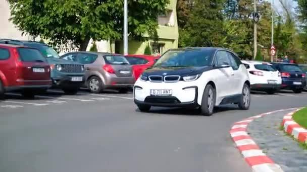 BUCHAREST, RUMUNSKO - 20.října 2020: Moderní elektromobil BMW i3 jede na kruhovém objezdu v centru. Malé vozidlo s nulovými emisemi. Nápad ekologie