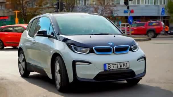 BUCHAREST, RUMUNSKO - 20. října 2020: Moderní elektromobil BMW i3 jede po silnici v centru. Zavřít pohled na malé vozidlo s nulovými emisemi. Nápad ekologie