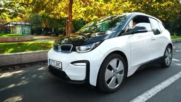 BUCHAREST, RUMUNSKO - 20. října 2020: Moderní elektromobil BMW i3 čeká na zelenou u křižovatky v centru. Malé vozidlo s nulovými emisemi. Nápad ekologie