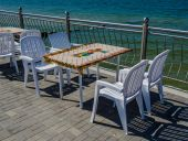 Promenade and free tables in the cafe