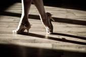 Weibliche Füße auf der Tanzfläche