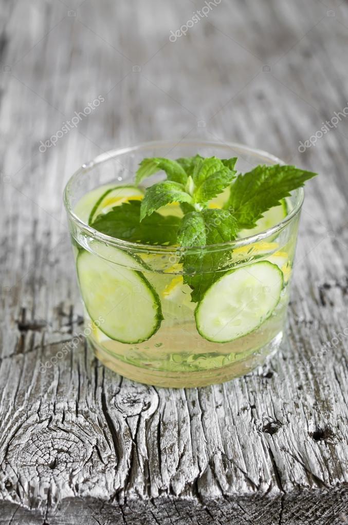 Лимонад из огурца с мятой и лимоном