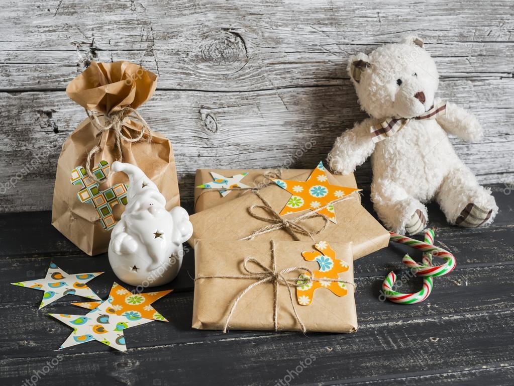Spielzeug-Bär, selbstgemachte Weihnachtsgeschenke in Kraftpapier ...