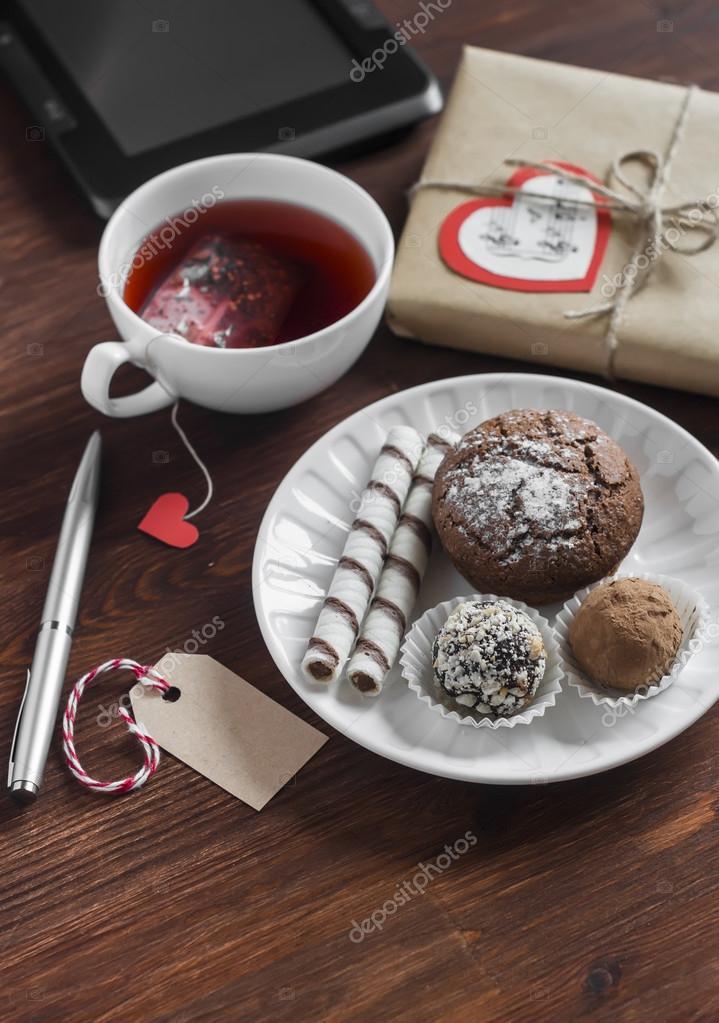 a958bf1958 Tazza di tè con tè borsa fatta in casa, dolci - torta, biscotti e dolci  fatti in casa, fatto in casa di San Valentino regalo in carta kraft e  tablet sul ...