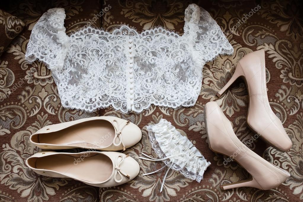 b9b3507ec Acessórios de noiva: branco blusa de laço, liga de renda branca, sapatilhas  bege, sapatos de salto alto bege — Fotografia por ivkate