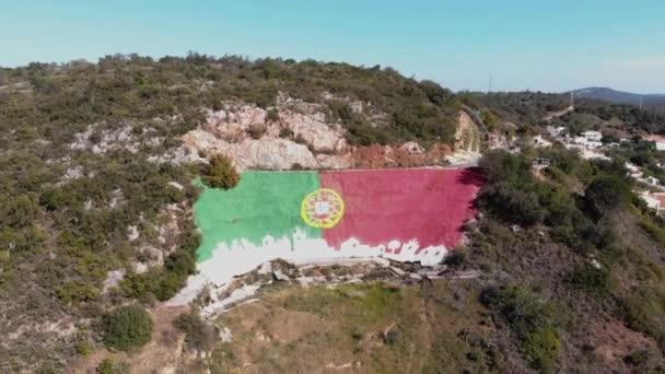 Portugál zászló falfestmény Alte városban, Loul, Algarve, Portugália - Széles drón Légi felvétel