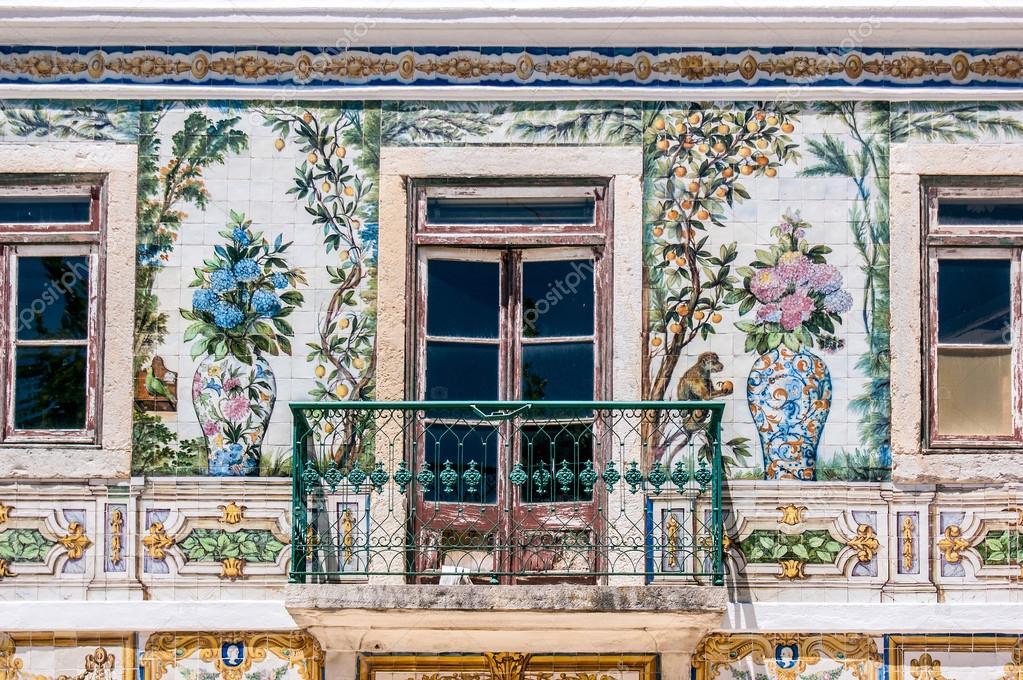 Balcone di una casa con tipiche piastrelle del portogallo u foto