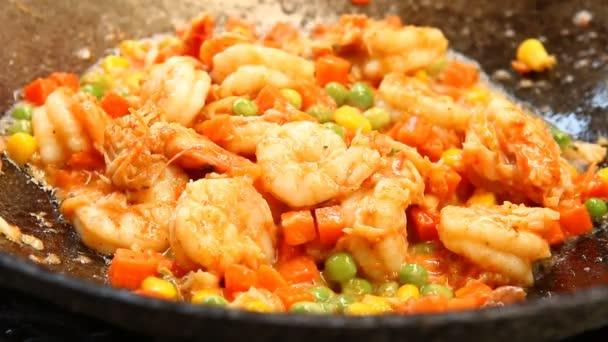 Smažené krevety s nakrájeným hráškem kukuřice a mrkev, thajské pouliční jídlo