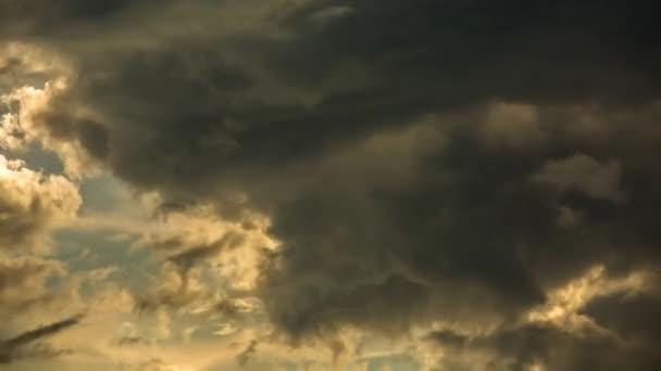 Zeitraffer einer sich am Himmel bewegenden Wolke, Chiangmai Thailand.