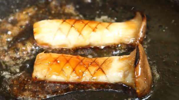 Frittieren pleurotus eryngii oder Austernpilz in Pfanne, in Tür Chiangmai Thailand.