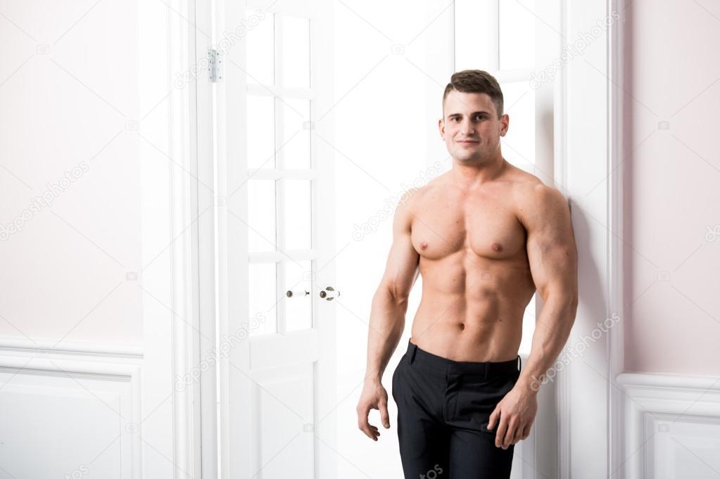Porträt eines gut gebauter nackter Oberkörper muskulöse männliche ...