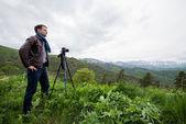 Tramp brát fotografie krásné horské krajiny s fotoaparátem