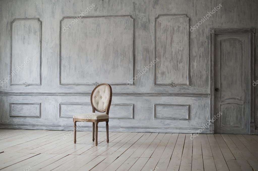 wei e vintage sessel stehen vor einer hellen wand mit zierleisten auf holzparkett stockfoto. Black Bedroom Furniture Sets. Home Design Ideas
