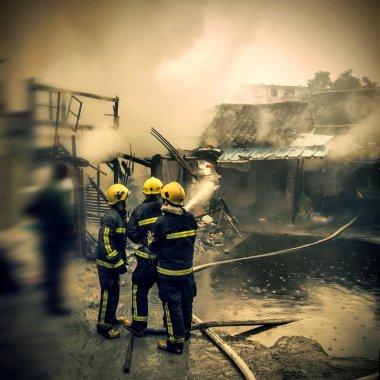 İtfaiyeciler olay Çin ateş