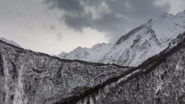 Časová prodleva video. Rusko, republika Severní Osetie, Alanie. Pohyb mraků v zasněžených horách Kavkazu v zimě.