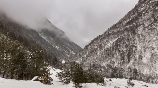 Časová prodleva video. Rusko, republika Severní Osetie, Alanie. Pohyb mraků v zasněžených horách Kavkazu v zimě