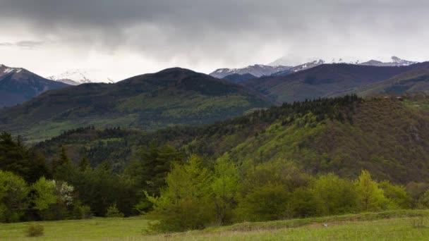 Vznik a pohyb mraků až po strmé horské svahy hor centrálního Kavkazu vrcholy.