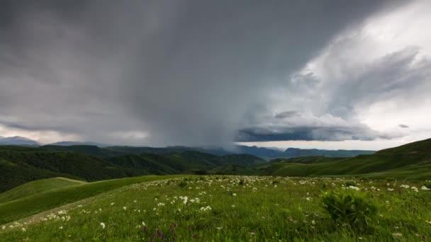 Vznik mraků nad alpské louky, bouřkové mraky