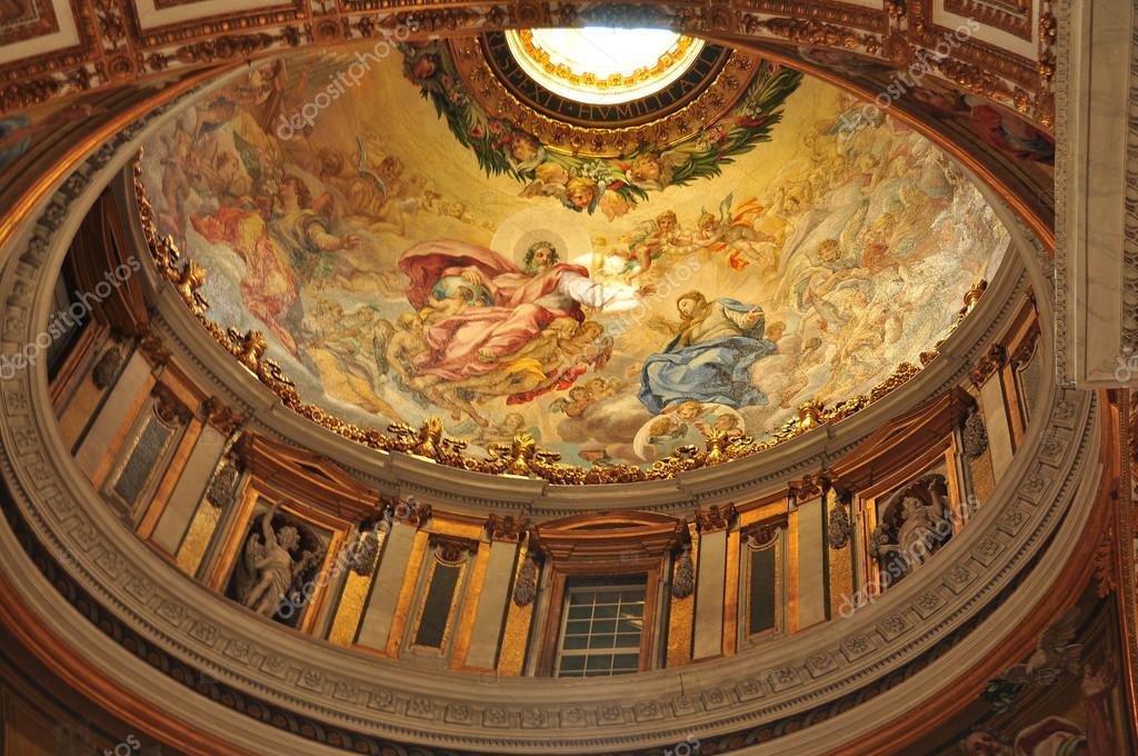 stpeters kerk interieur en plafond stockfoto