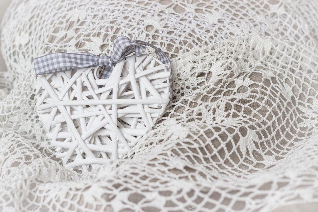 46bed3e2edf8 Λευκή καρδιά υφασμένα σε δαντέλα βελονάκι — Φωτογραφία Αρχείου ...
