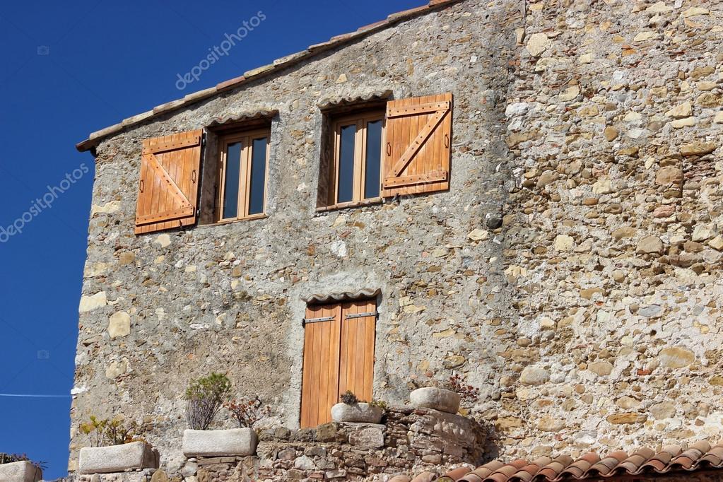 Prachtige mediterrane huis gevel in frankrijk u stockfoto bensib