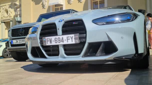 Monte-Carlo, Monako - 5. srpna 2021: 8K BMW M4 Competition Sports Car zaparkované před kasinem Monte-Carlo v Monaku na francouzské riviéře v Evropě. Přední pohled zblízka - 8K UHD (7680 x 4320)