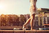 Mladá žena v roztomilý letní šaty, chůze na západ slunce