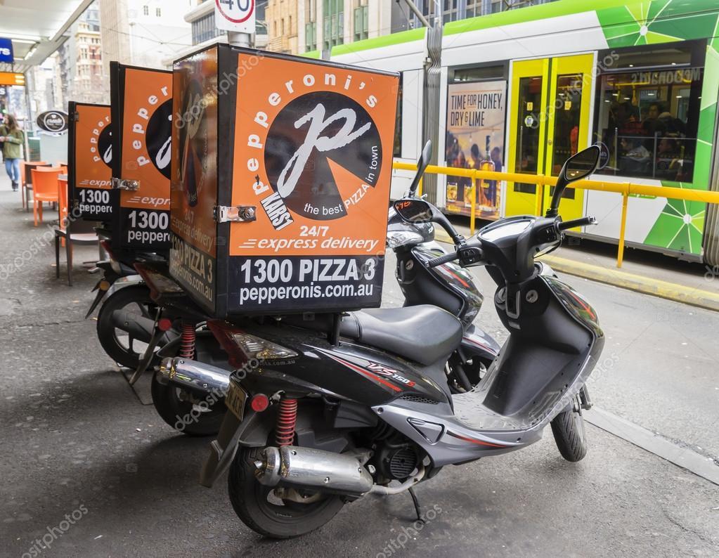 scooter pour livraison pizza gar devant un magasin de pizza melbourne photo ditoriale. Black Bedroom Furniture Sets. Home Design Ideas