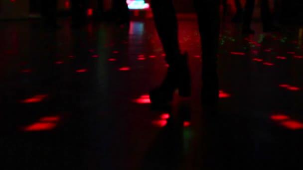 boty, tanec v temnotách