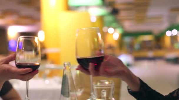 Červené víno brýle na zdraví