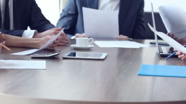 Podnikatelé pracují s dokumenty