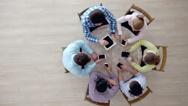 Menschen, die mit digitalen Geräten