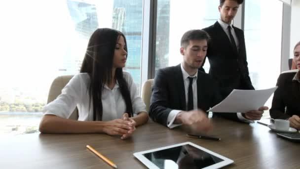 Obchodní partneři projednání zprávy