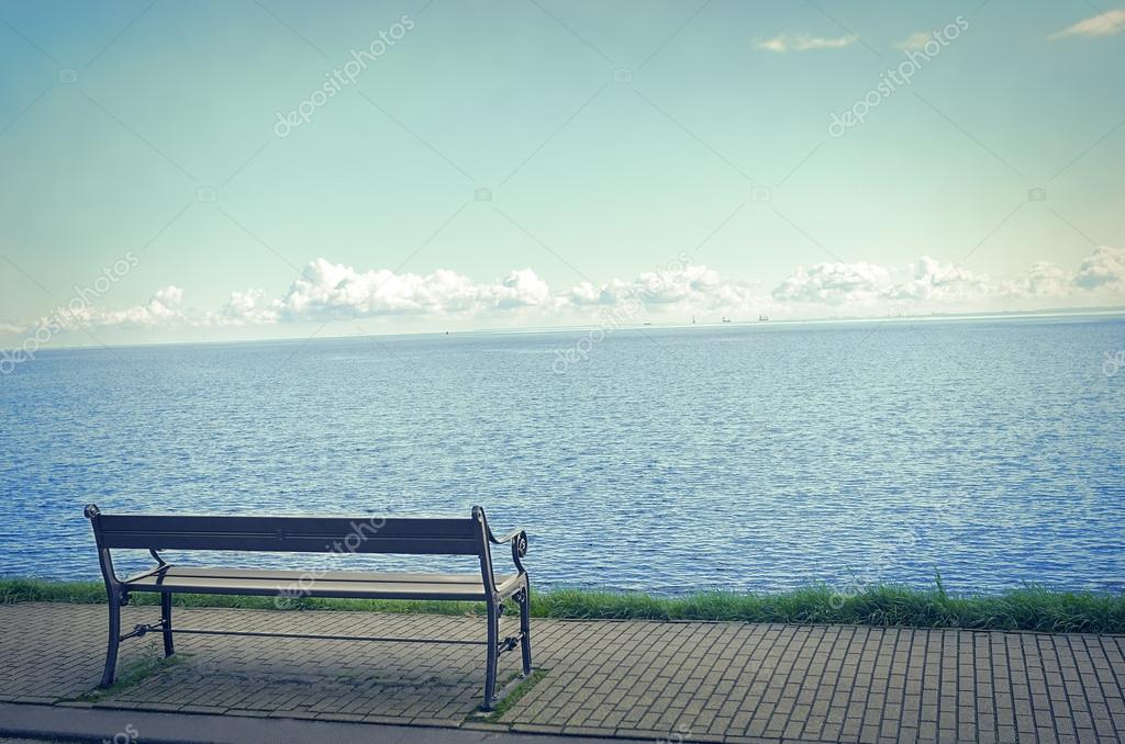 Panchina Lungomare : Il solitario una panchina sul lungomare u2014 foto stock © tanya