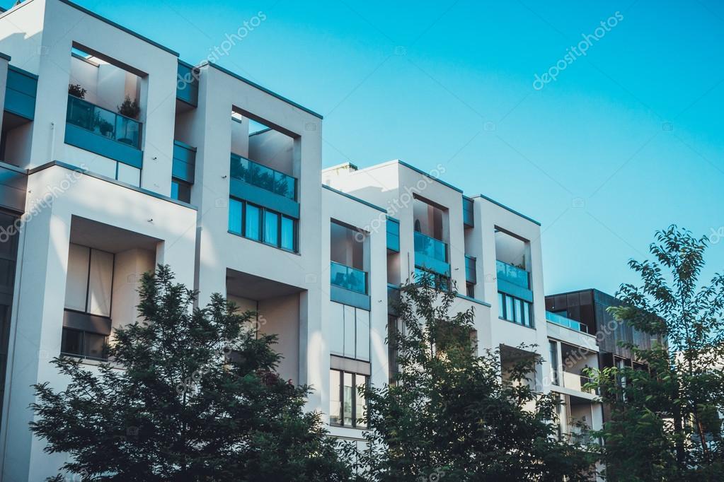 Fila di case a schiera bianco moderno di lusso foto for Planimetrie di lusso a schiera
