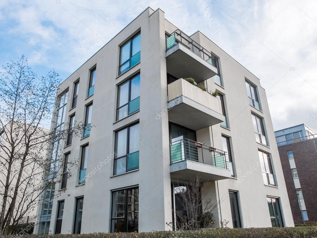 Moderno appartamento in basso edificio con balconi foto for Image immeuble moderne