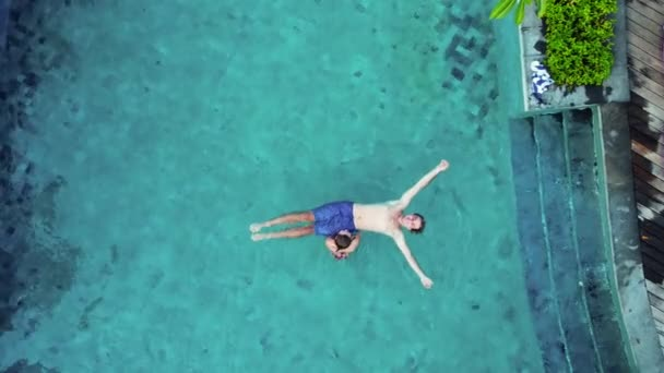 Fiatal nő piros bikini feküdt a kék medence