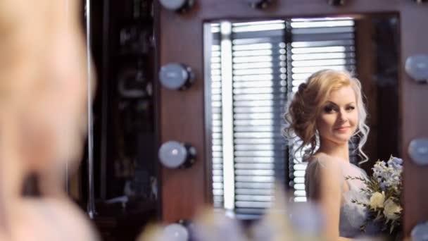 gyönyörű menyasszony a tükörbe néz