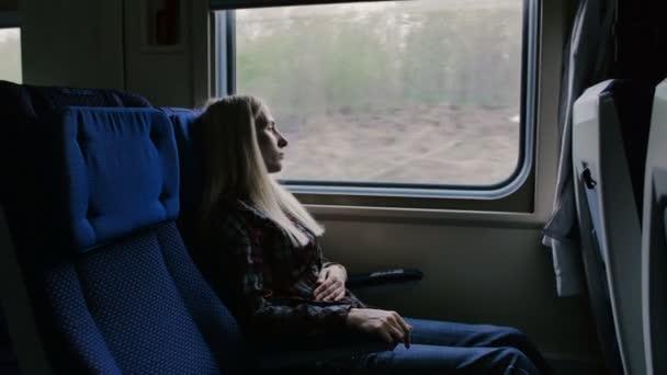 Žena v pohybu vlaku cítí bolest v žaludku