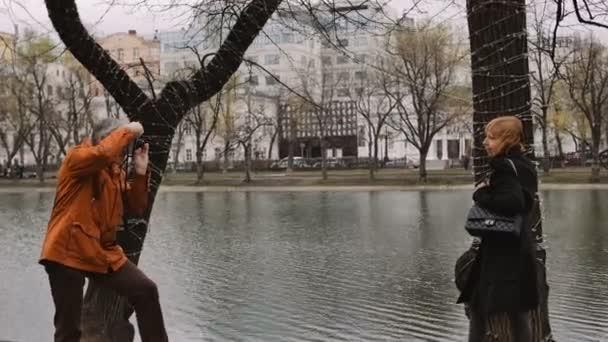 Dospělý muž fotograf fotit ženy s starých ročníku filmové kamery