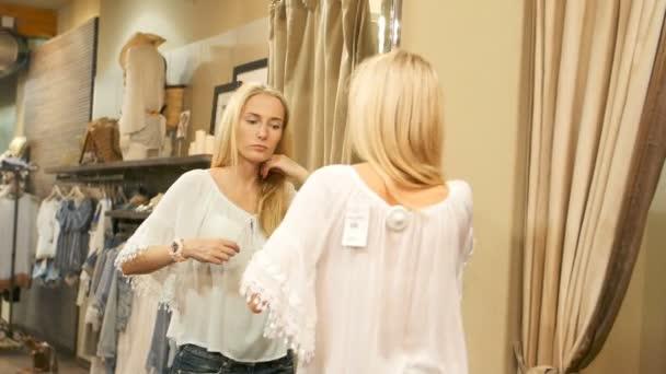 Krásná žena se snaží o nové sukně v šatně