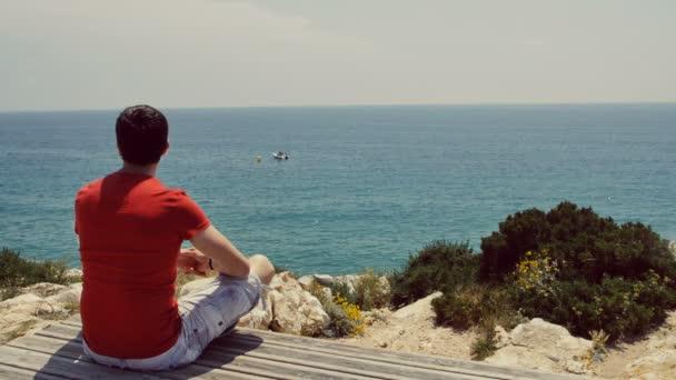 Resultado de imagem para sentado olhando para o mar