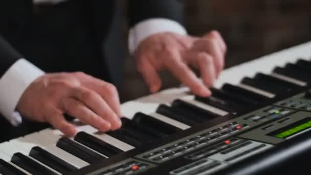 Kezében ember, játszik szintetizátor