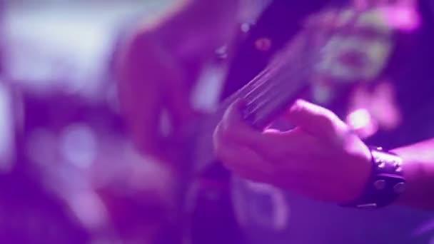 Člověk hraje na kytaru