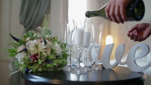 člověk naplňuje skla šampaňské na svatbu